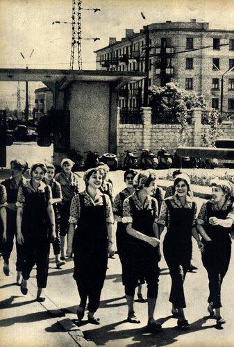 Кишинёв 1964 - У проходной з-а им. Г.И.Котовского.jpg