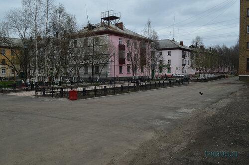 Фотография Инты №6868  Чайковского 5 (ведутся работы по ремонту фасада здания) и Полярная 24 03.06.2014_17:11