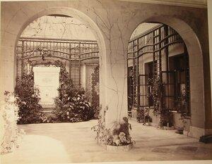 Вид части внутреннего - Арабского - дворика Большого Императорского дворца; слева - фонтан Мария.