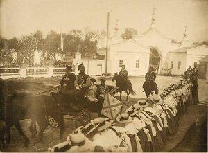 Император Николай II и императрица Александра Федоровна направляются в карете к Спасскому монастырю