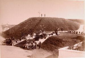 Солдаты гарнизона у входа в крепость; на переднем плане лестница, украшенная ядрами и снарядами.