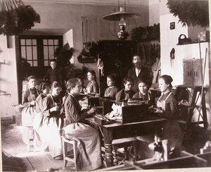 Воспитанницы за работой в щеточной мастерской училища.