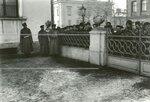 Полиция и прохожие у Таврического дворца во время выхода депутатов  Второй Государственной думы после окончания заседания.