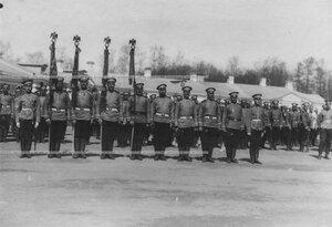 Солдаты с Георгиевскими знаменами полка на параде.