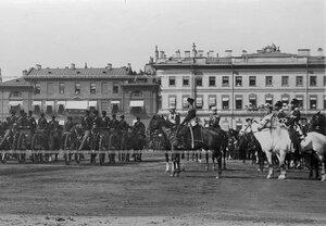 Батарея артиллерийской бригады проходит церемониальным маршем во время майского парада на Марсовом поле.