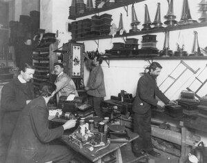 Рабочие акционерного общества Граммофон за изготовлением граммофонов.