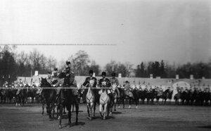 Император Николай II со свитой на плацу Екатерининского дворца во время парада полка.