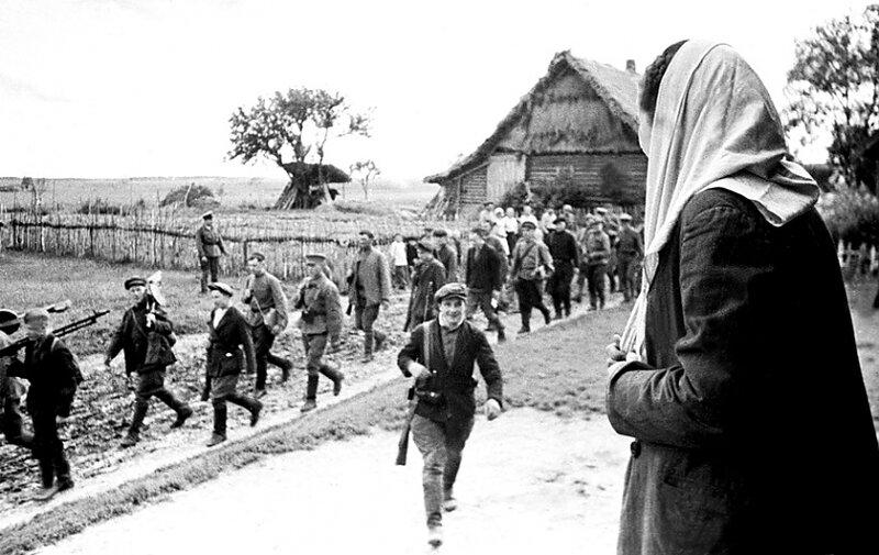 8-Ленинградская область, 1943 год. На снимке- встреча с сыном-партизаном. 1 января 43г.jpg