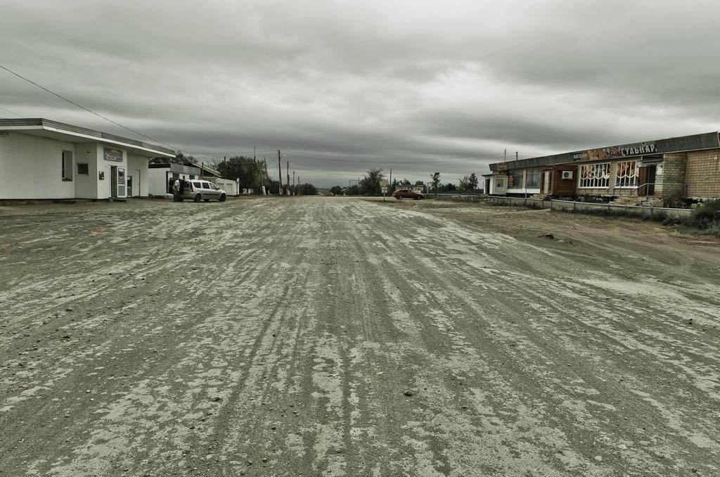 Деревня в Казахстане перед российской границей. Снято на зеркальный фотоаппарат Nikon D5100 с объективом Nikon 17-55mm f/2.8.
