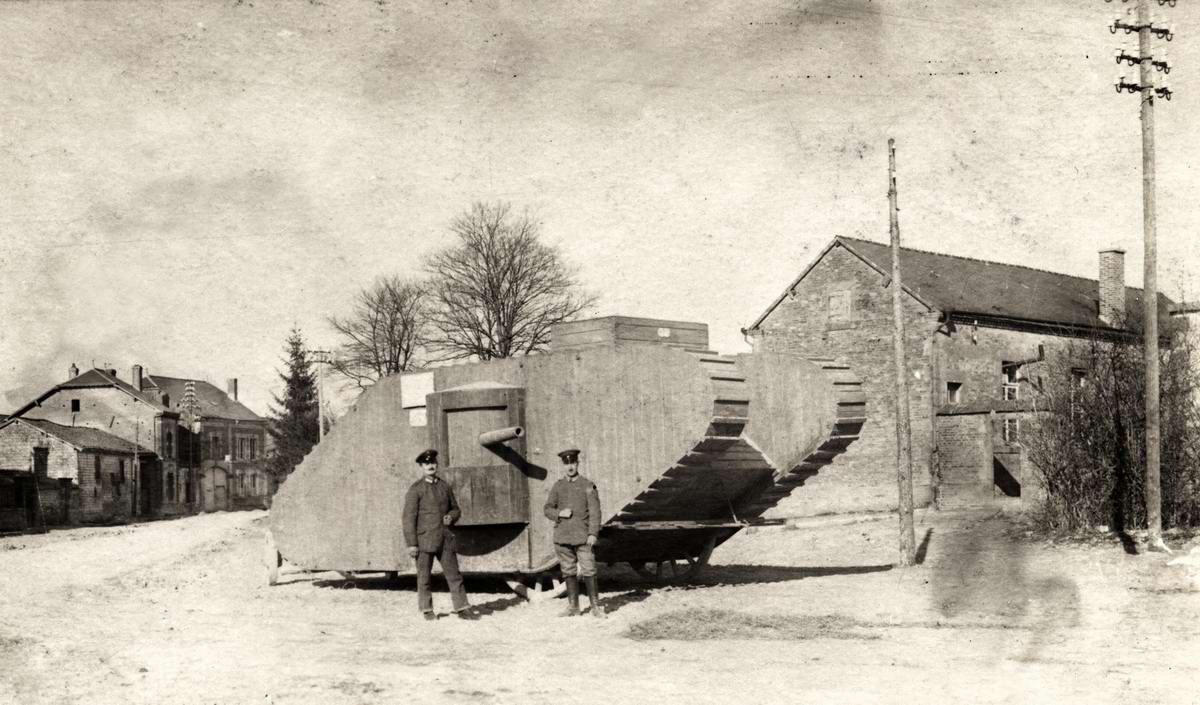 Немецкие солдаты возле деревянной модели британского танка Mark IV