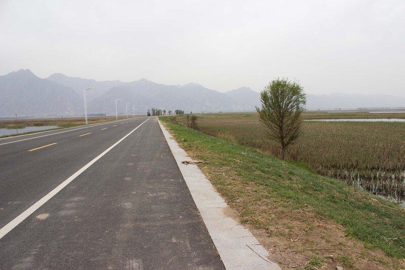 дорога вокруг водохранилища Сихайцзы,Suha Hai, и горы Инь Шань