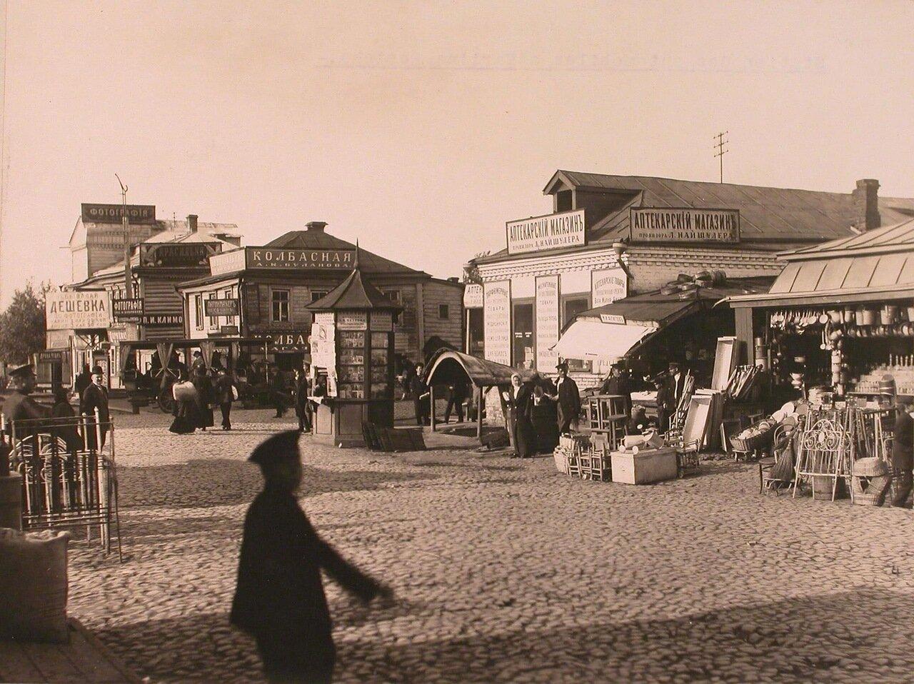 Местные жители у торговых рядов и магазинов на автомобильной станции