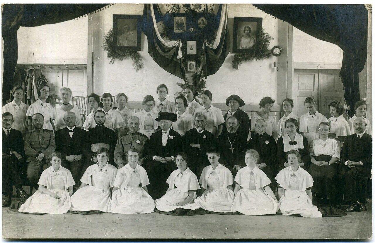 Класс Кукуран Елены с преподавателями и Неклюдовой в центре в шляпе