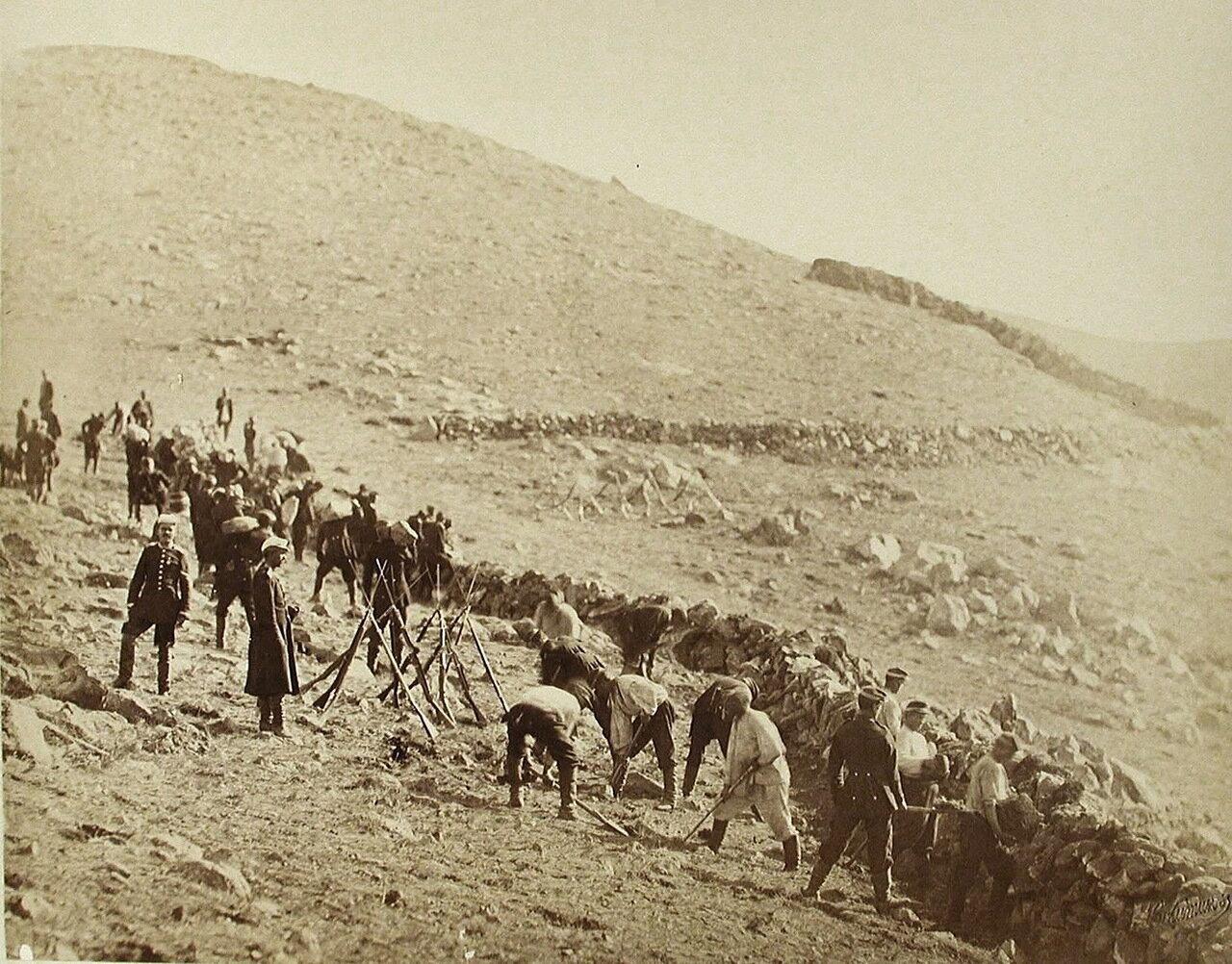 Солдаты за рытьём траншей на Караяле