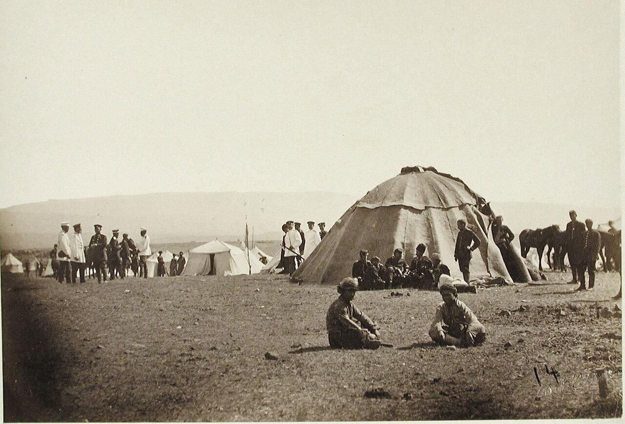 Группа офицеров и местные жители у палатки, где размещалась запасная аптека