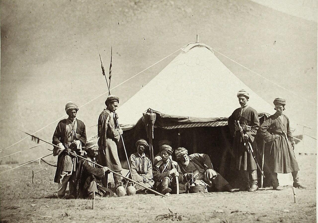 Группа воинов-курдов у палатки