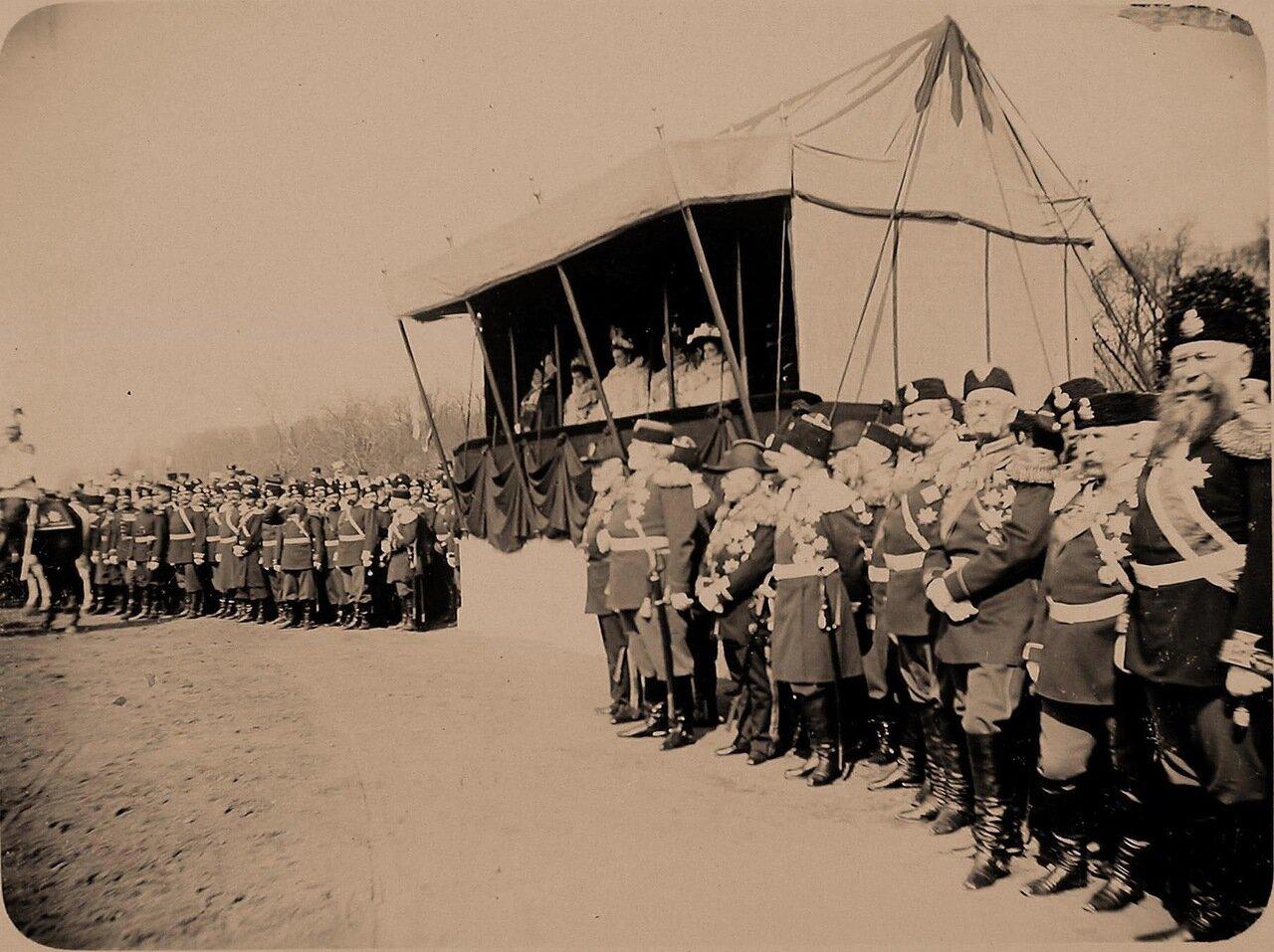 07. Императрица Александра Федоровна (в царской палатке, в центре), великие княгини, высшие офицерские чины наблюдают прохождение кавалерии во время смотра на Царицыном лугу