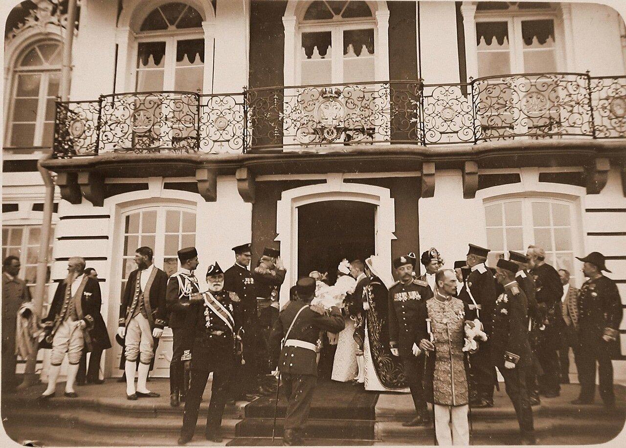 12. Группа великих княгинь, высших офицерских чинов, придворных у входа в дворец