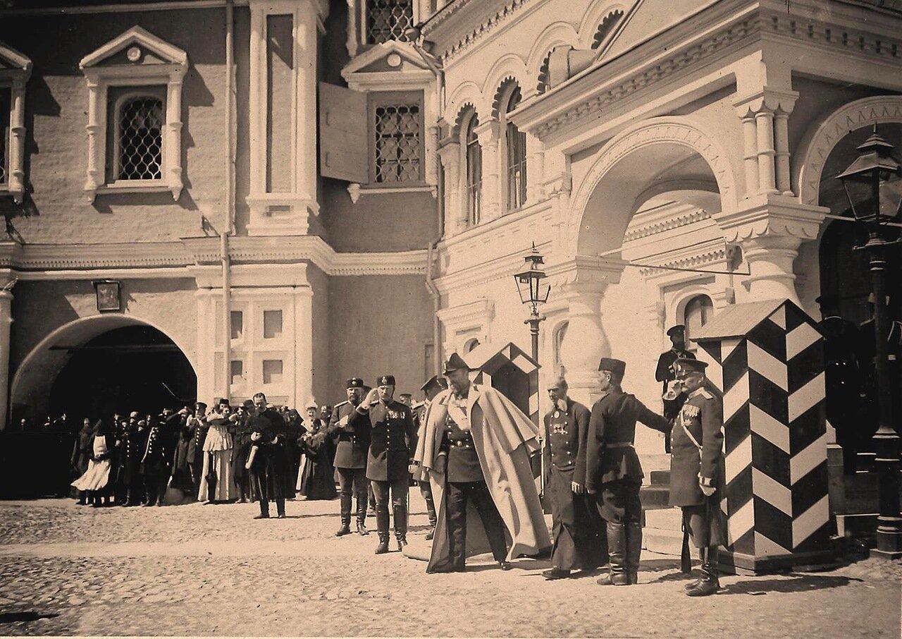 Великий князь Алексей Александрович (в центре) у Чудова монастыря в Кремле в дни коронационных торжеств