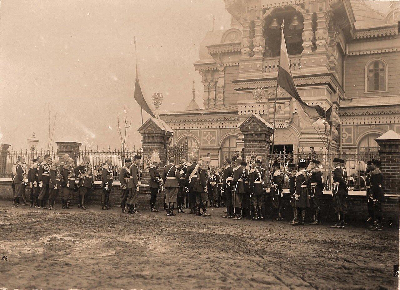 Высшие офицерские чины у входа в церковь Св.Сергия Радонежского на Ходынском поле в день проведения парада