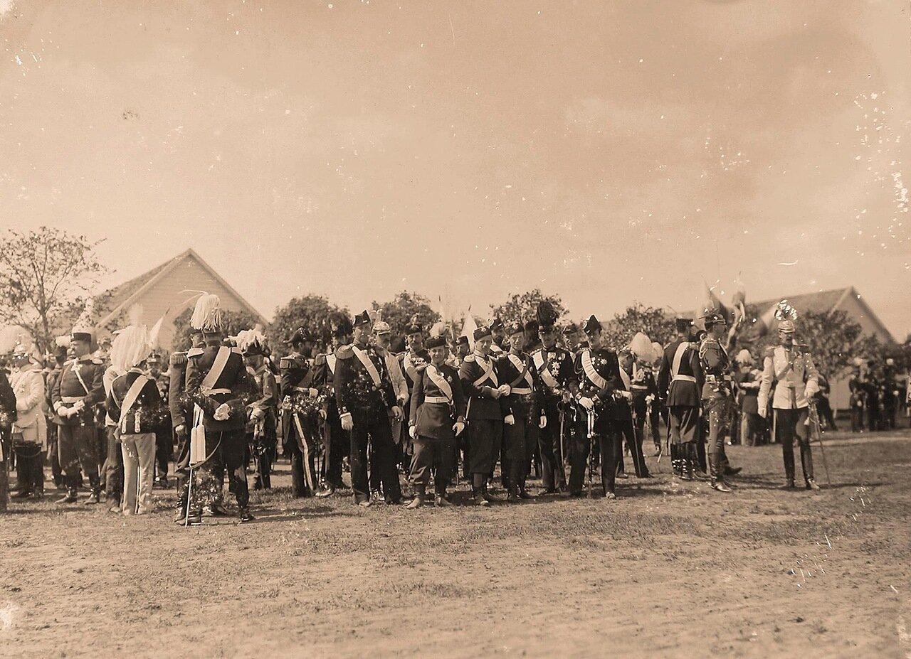 Группа представителей иностранных делегаций и члены императорской фамилии перед началом парада на Ходынском поле