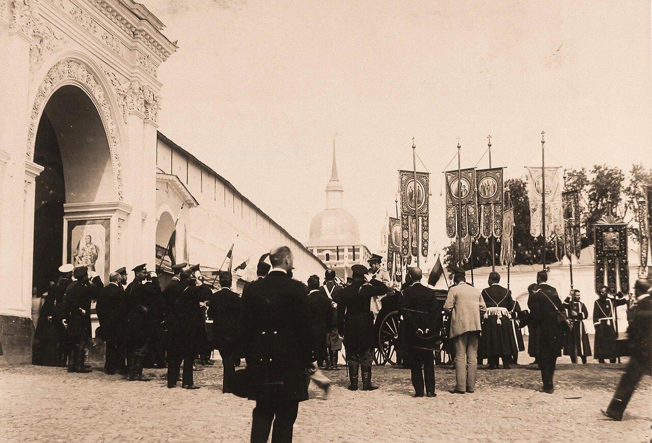 Депутация общества хоругвеносцев встречает прибывшего императора Николая II у ворот Троице-Сергиевой лавры