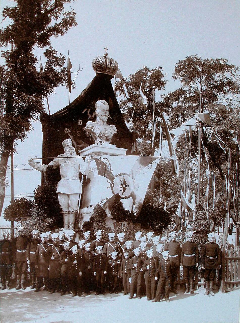 04. Группа военных чинов и кадетов около гипсовой группы у казарм лейб-гвардии Литовского полка