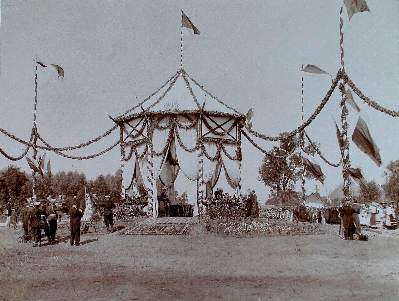11. Император Николай II в беседке принимает депутации от крестьян у форта № 8