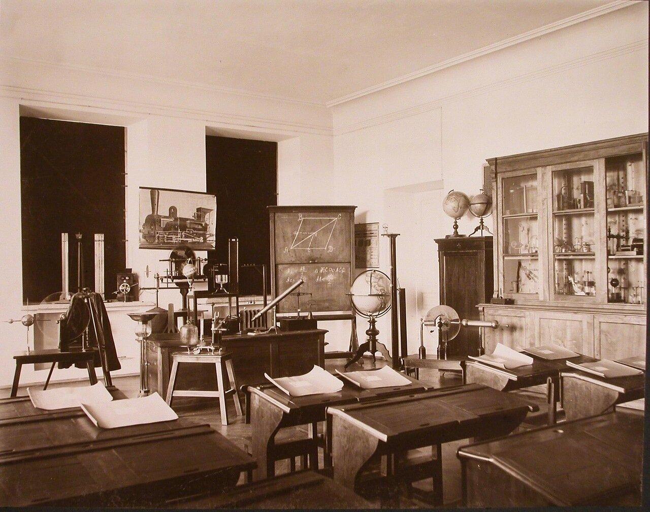 15. Вид части кабинета физики института