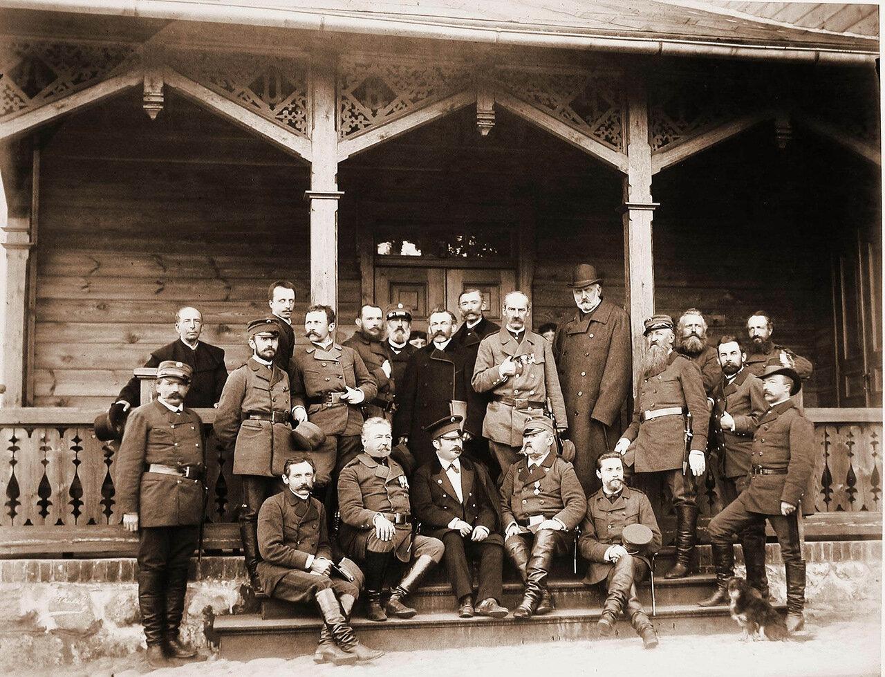 03. Группа чиновников, служащих, егерей, сопровождавших членов императорской фамилии на охоте