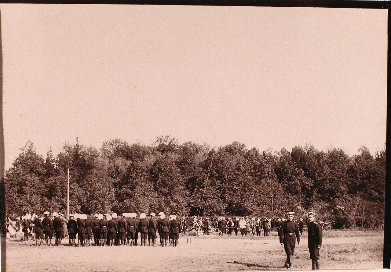 11. Группа солдат и офицеров наблюдают за полётом воздушного шара