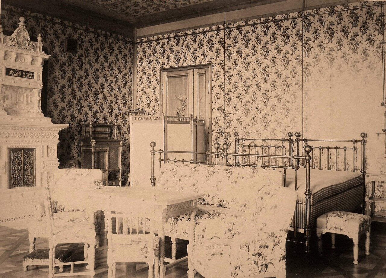 11. Вид части спальни императора и императрицы в Императорском охотничьем дворце