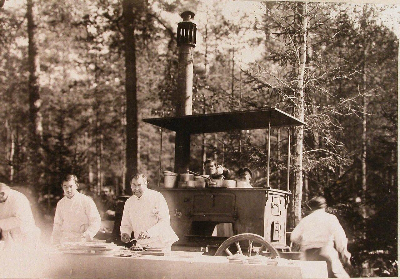 18. Повара у походной кухни за приготовлением завтрака для участников царской охоты
