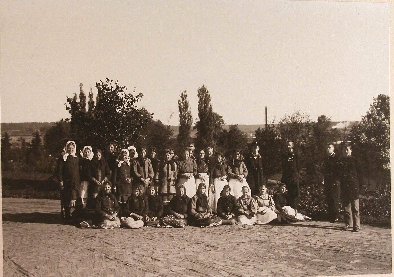 30. Группа женщин - местных жительниц