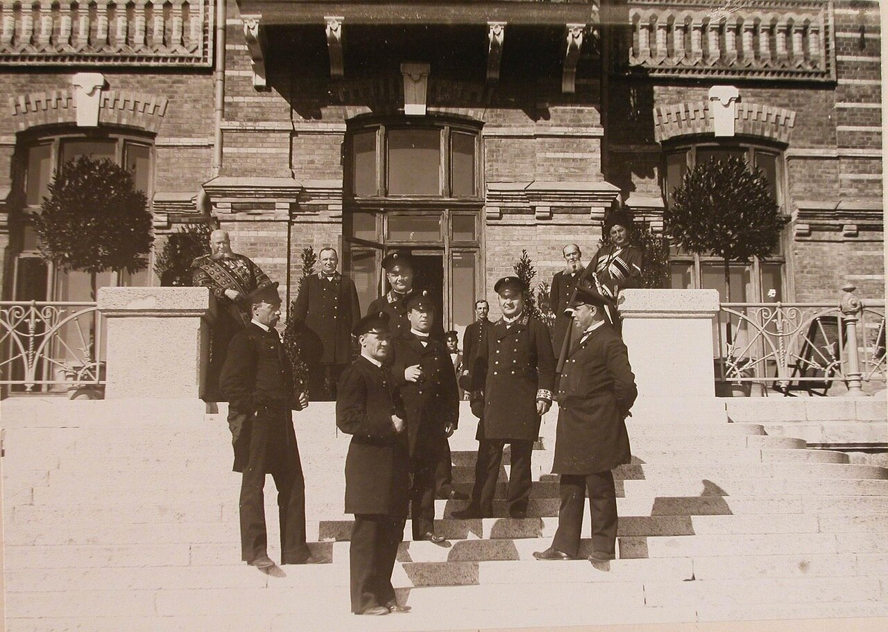 34. Группа штатных служащих Беловежского дворца у входа во дворец