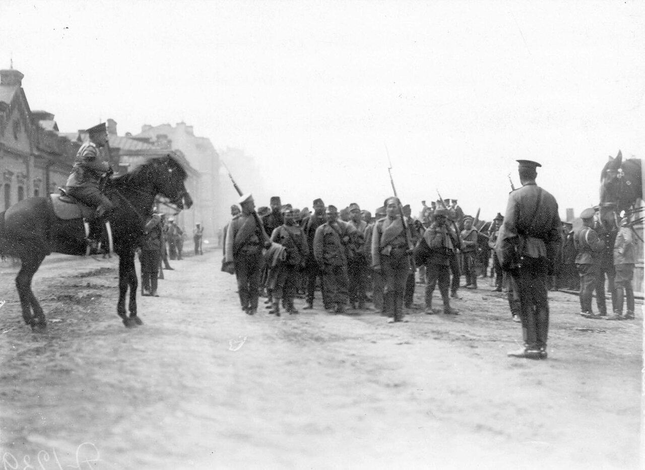 14. Группа военнопленных под конвоем на Калашниковской набережной
