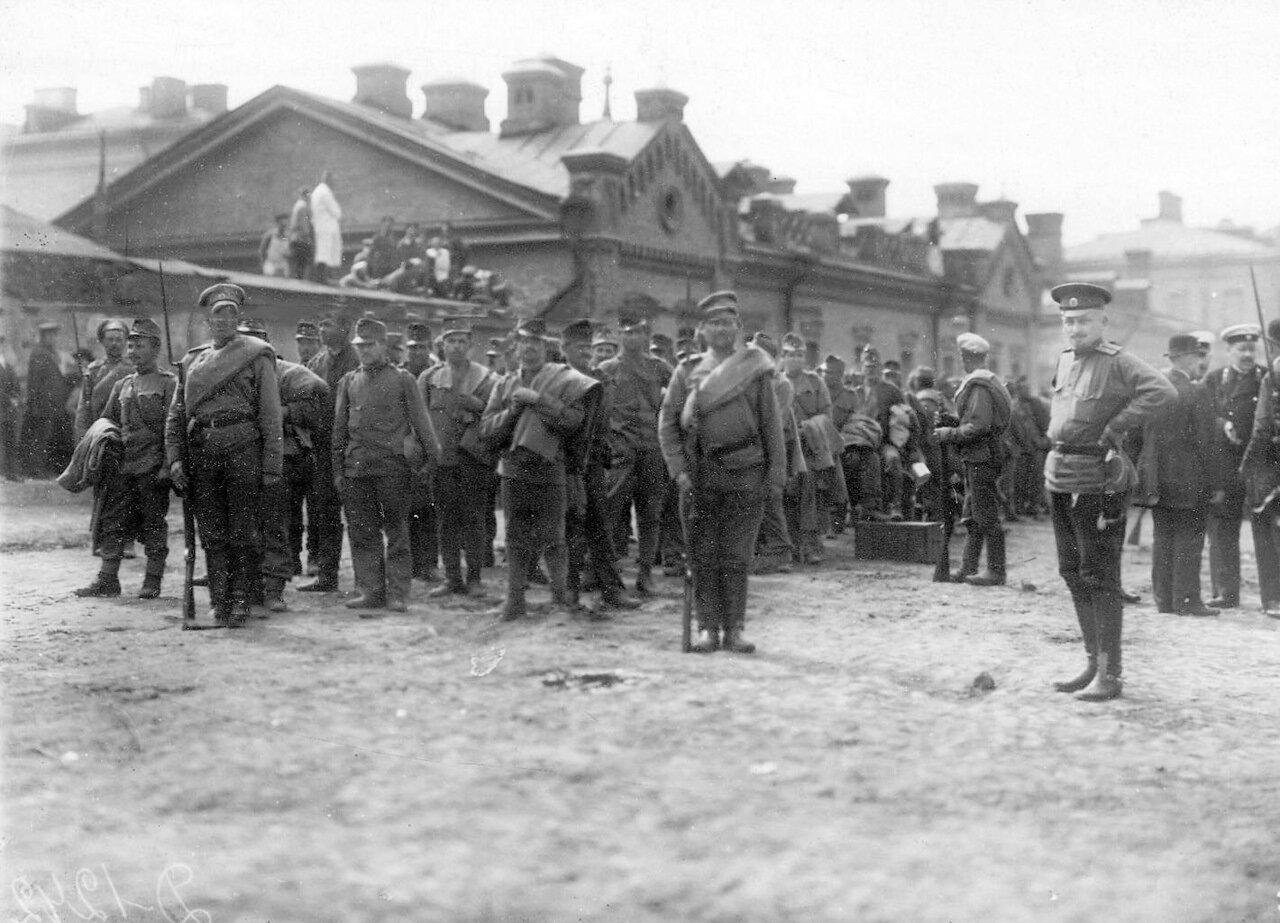 17. Группа военнопленных под конвоем на Калашниковской набережной