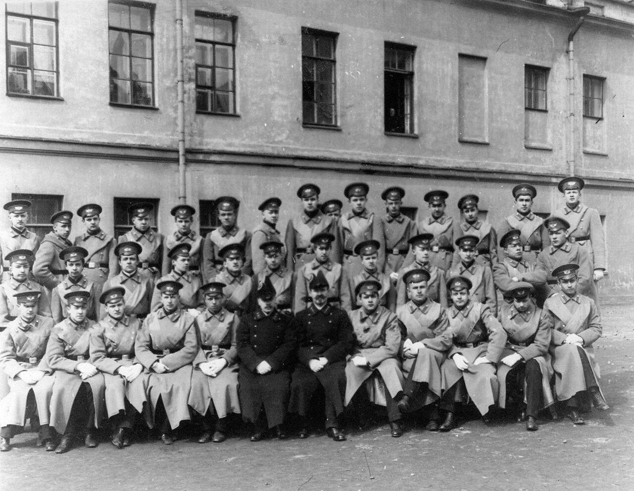 07. Группа гимназистов - старшеклассников с преподавателями во дворе гимназии