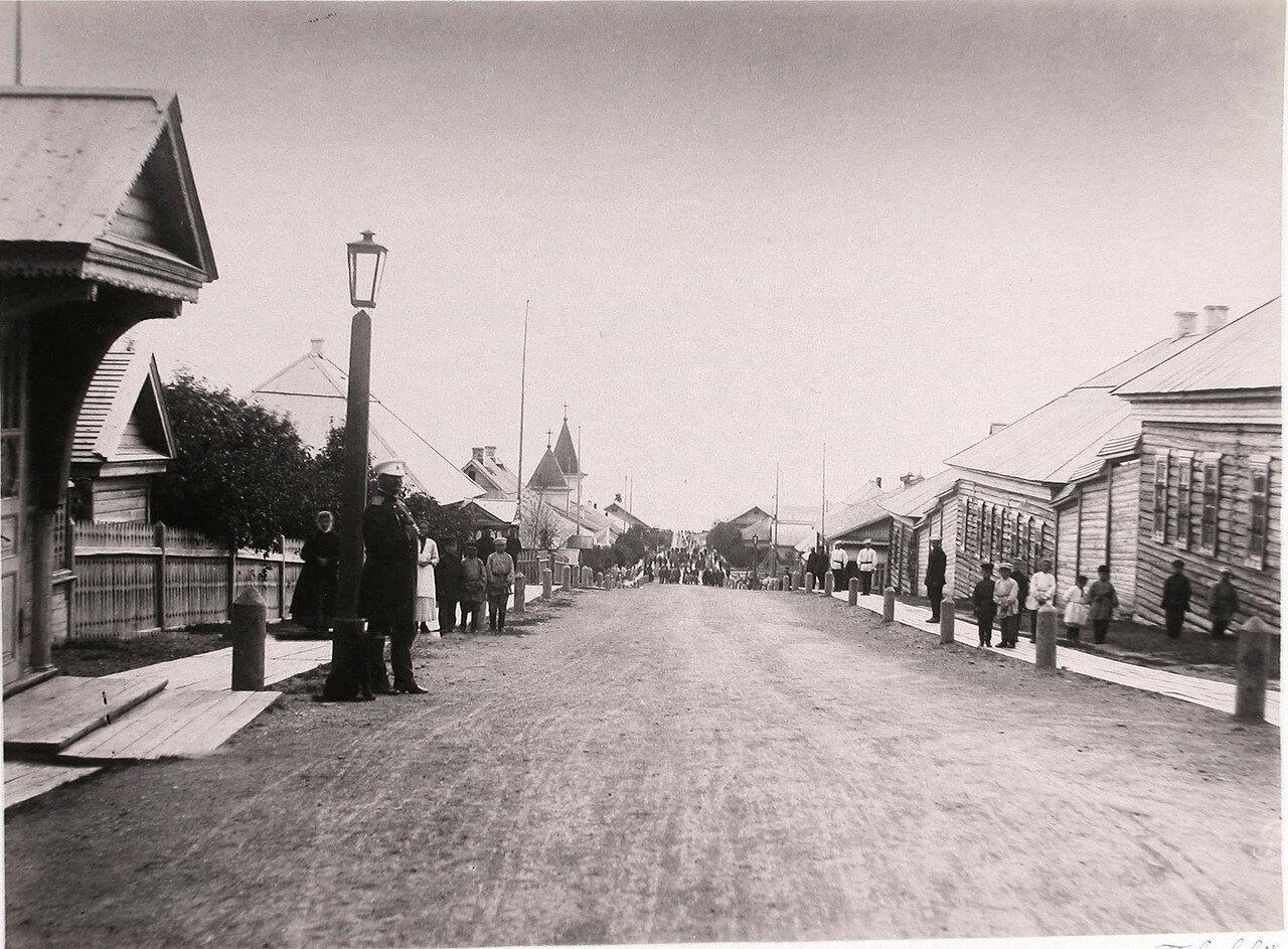31. Местные жители на главной улице поста