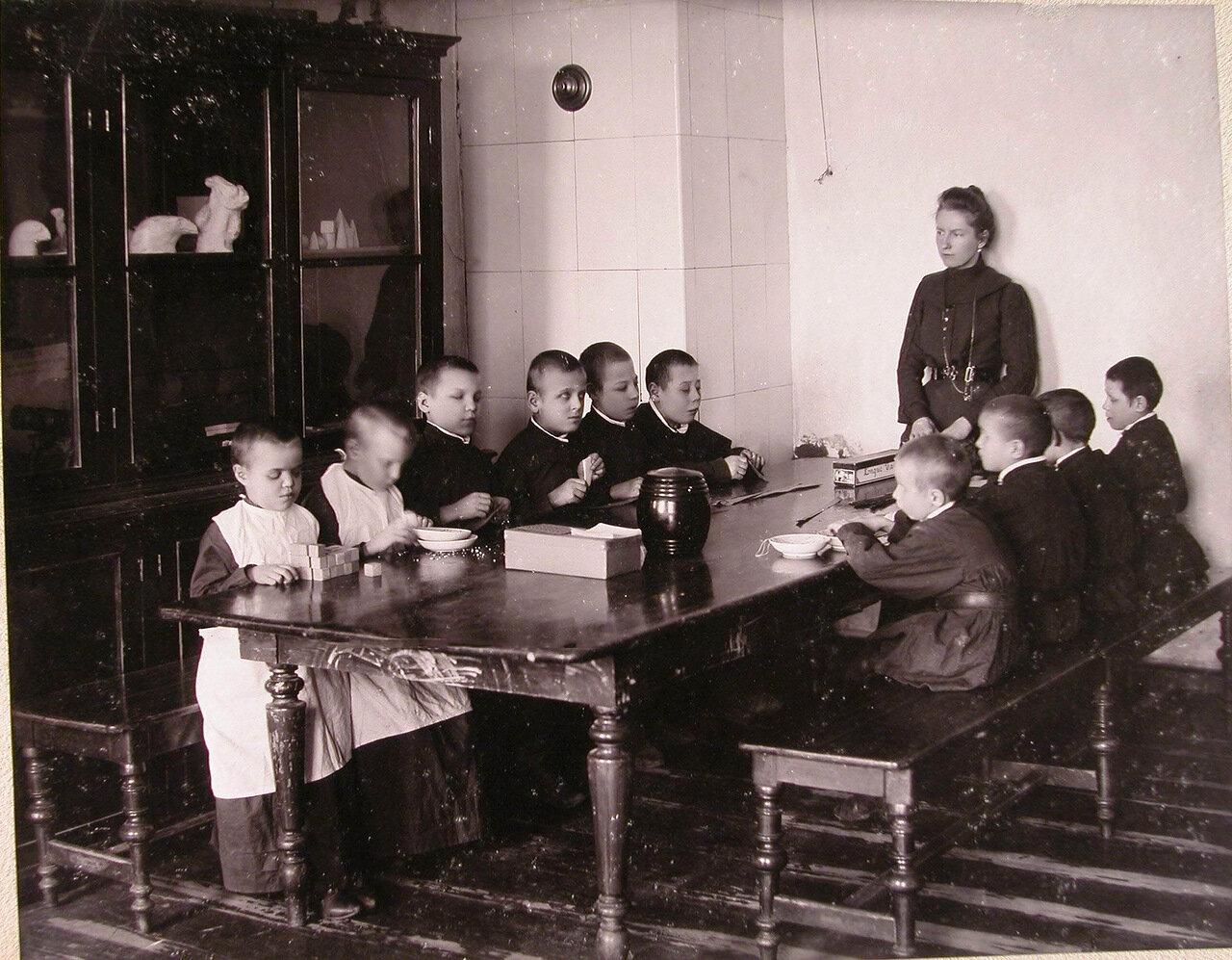 10. Дети младшего возраста во время занятий в приготовительном классе училища