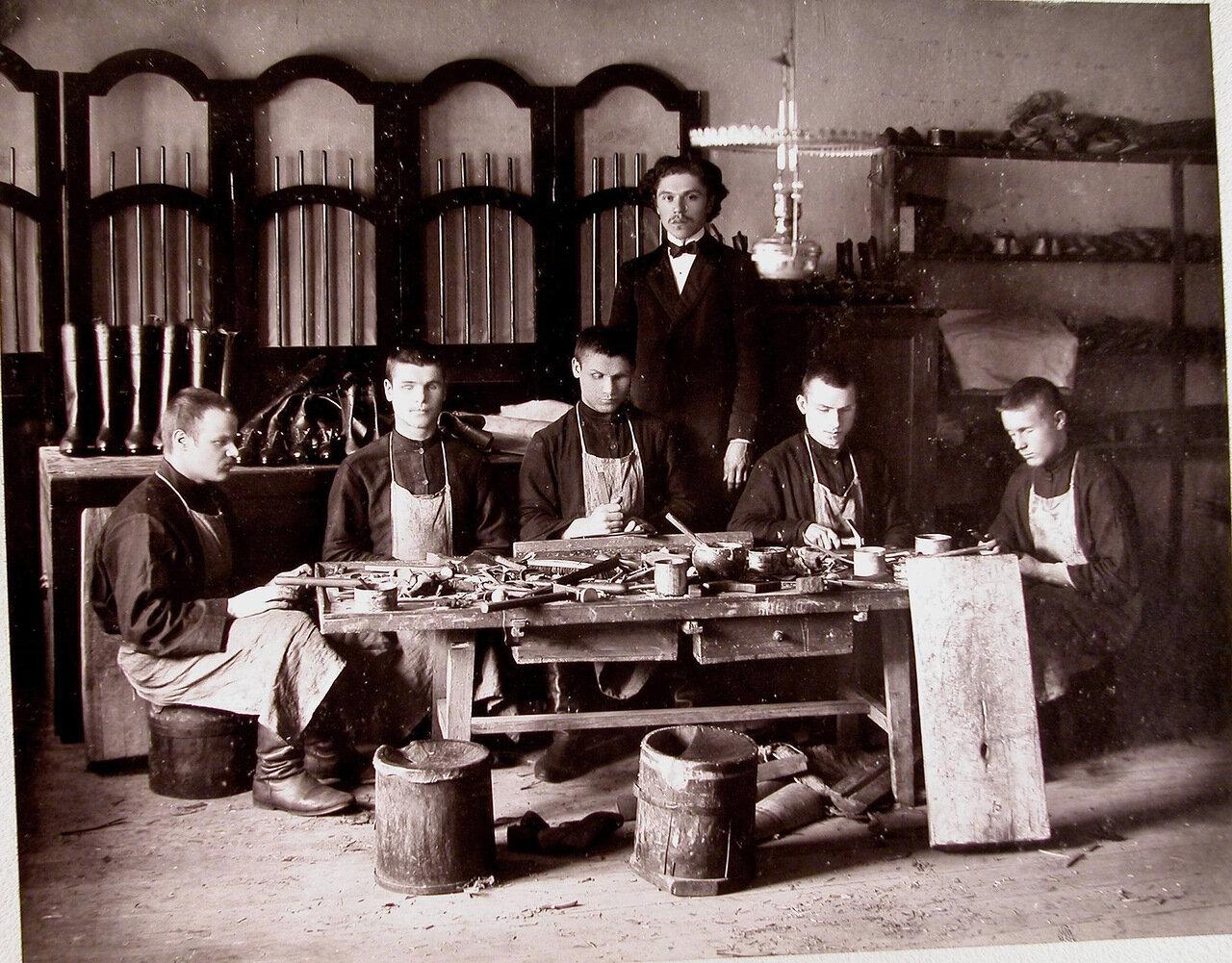 15.  Группа воспитанников старшего возраста за работой в сапожной мастерской училища