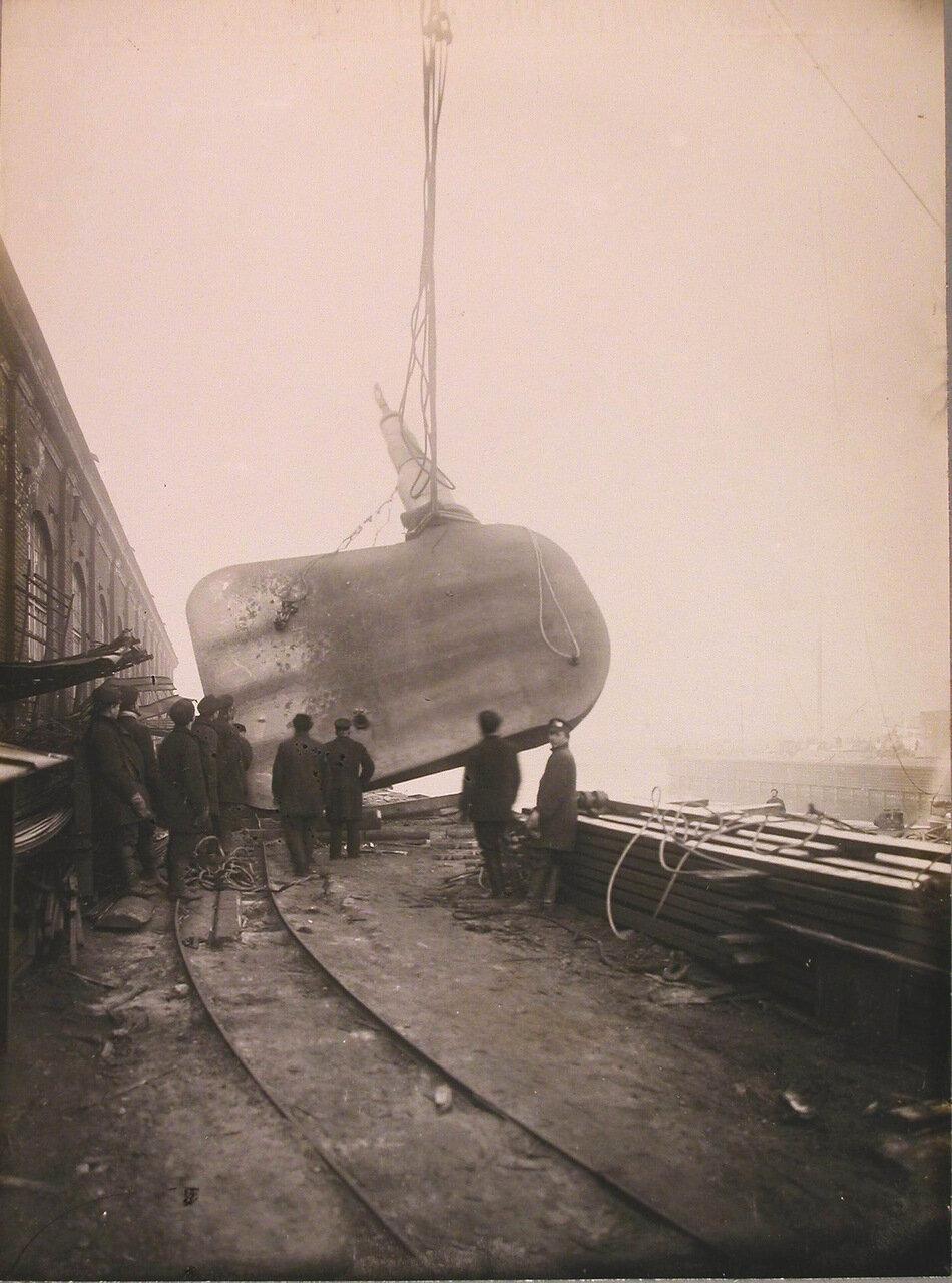 56. Рабочие за установкой на линейный корабль «Полтава» одной из частей большого руля.осень 1912 г.