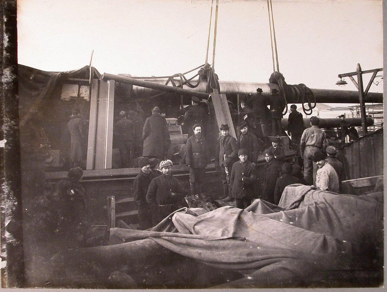 68. Рабочие на линейном корабле «Полтава», во время установки 12-ти дюймового орудия в башню, зима 1914 г.