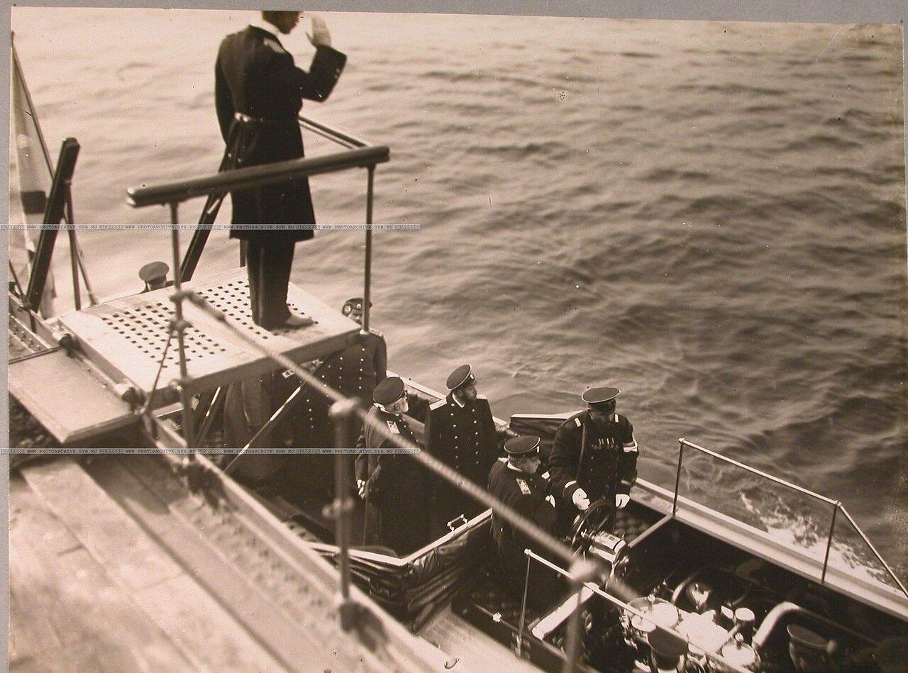 121. Император Николай II с группой морских офицеров в катере у трапа после посещения линейного корабля «Полтава». 8 октября 1914 г.
