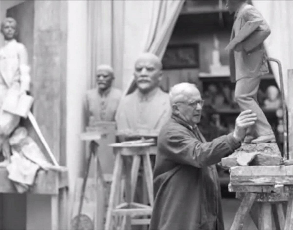 Ленинград. Скульптор М.Г. Манизер в своей мастерской