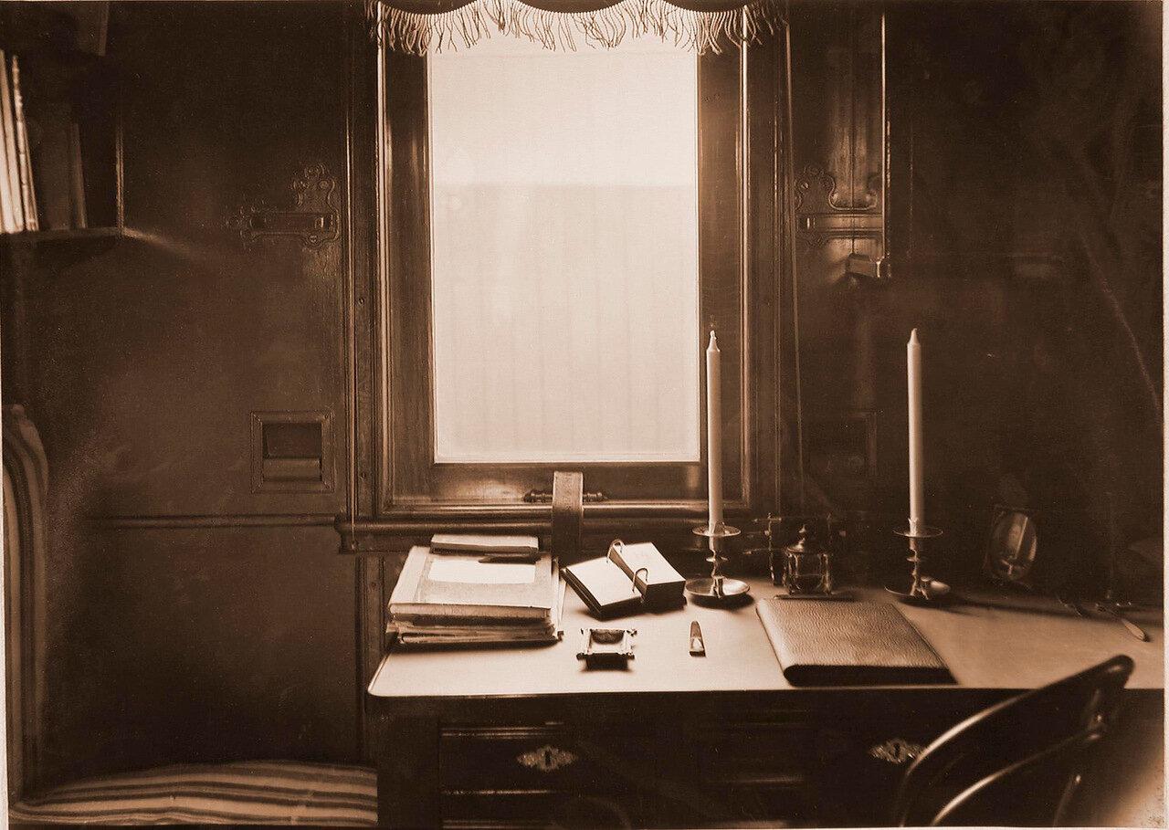 09. Рабочий стол в купе старшего врача военно-санитарного поезда