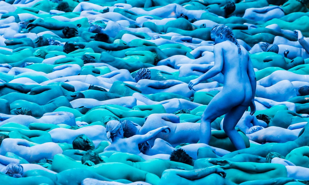 Обнаженные люди на инсталляциях Спенсера Туника