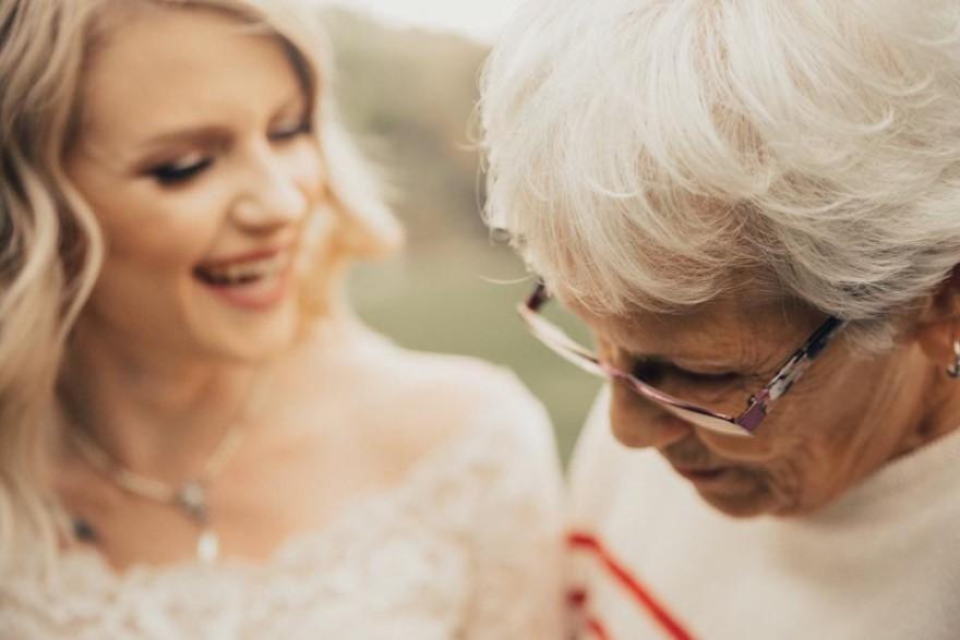 Когда-то бабушка хотела отдать свое платье на пожертвования, но внучка не допустила этого. Она влюби