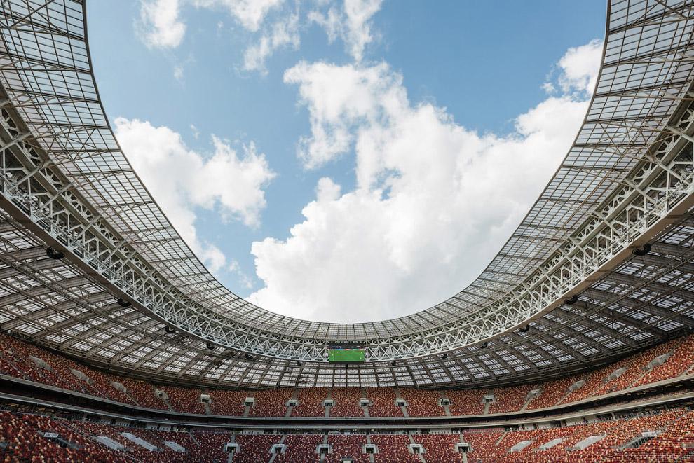 21. В ходе реконструкции на стадионе появился натуральный газон, оборудованный современными системам