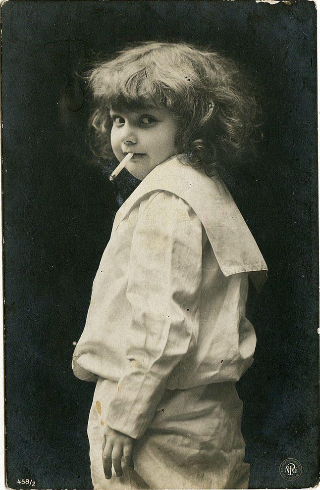 Я собираю старые открытки. Там много красивого — роскошные ретродивы, картины изумительные, шляпы, п